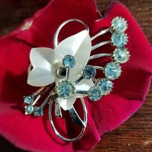 Vintage ivy leaf sky blue crystals brooch pin